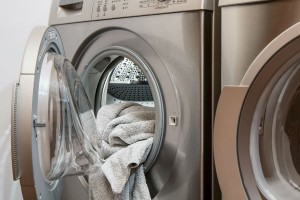 Πριν βάλει τα ρούχα στο πλυντήριο τα έτριψε με αφρό ξυρίσματος - Μόλις τελείωσε η πλύση είδε πως...