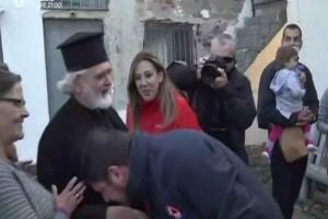 Εκθέτει Χαρδαλιά ο… επίμαχος παπάς: «Τον συγχαίρω γιατί μου φίλησε το χέρι»