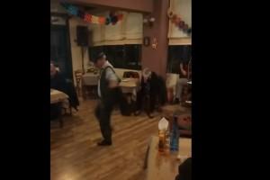 72χρονος χορεύει το πιο... ασήκωτο ζεϊμπέκικο και μας μερακλώνει