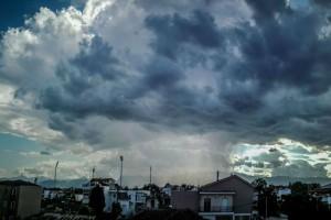"""""""Τα γυρίζει"""" πάλι ο καιρός - Βροχές, συννεφιά και σκόνη"""