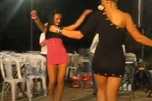 2 μελαχρινές χορεύουν τσιφτετέλι και κολάζουν τους πάντες - Το βίντεο έχει 1.296.273 views