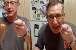 Βρήκε τον πιο έξυπνο τρόπο για να φάει τα μακαρόνια του με τη βοήθεια του πιο περίεργου αντικειμένου