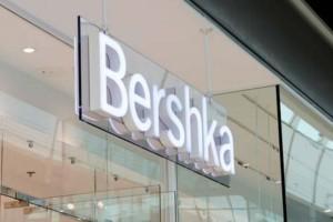 """""""Χαμός"""" στα Bershka για το δερμάτινο παντελόνι που δεν πρέπει να λείψει από καμία γυναικεία ντουλάπα"""