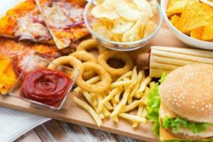 """10 τροφές που δεν πρέπει ποτέ να βρίσκονται στην κουζίνα σας - Με την 4η """"μείναμε"""""""