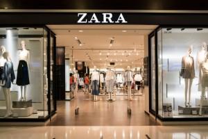 Αν αγαπάς τα oversize κομμάτια τότε σίγουρα θα ερωτευτείς το σατινέ αυτό φόρεμα από τα ZARA