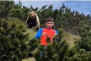 12χρονος πήγε μια βόλτα στο δάσος όταν άρχισε να τον κυνηγάει μια αρκούδα - Αυτό που ακολούθησε θα σας αφήσει άφωνους