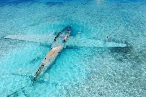 Η φωτογραφία της ημέρας: Μισοβυθισμένο αεροπλάνο του Πάμπλο Εσκομπάρ στις Μπαχάμες