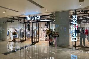 Βρήκαμε στα Bershka τη midi πλισέ φούστα με εφέ δέρματος που δεν πρέπει να λείψει από καμία γυναικεία ντουλάπα
