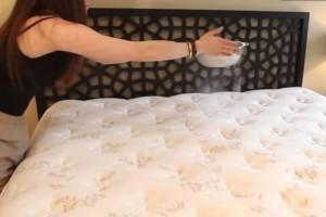 Παίρνει ένα κόσκινο, το γεμίζει με μαγειρική σόδα και πασπαλίζει το κρεβάτι της - Θα τρέξετε να το κάνετε και εσείς (Video)