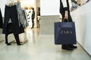ZARA: Τρέξτε να προλάβετε το φόρεμα που φοριέται χειμώνα - καλοκαίρι σε τιμή σοκ