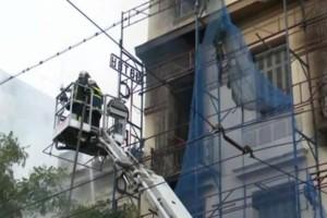 Κολωνός: Πυρκαγιά σε νεοκλασικό κτήριο - Επεκτάθηκε και σε δεύτερο