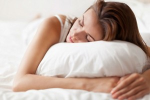 Μήπως όταν κοιμάστε, ξαπλώνετε από την δεξιά πλευρά; Δείτε γιατί πρέπει να το σταματήσετε αμέσως (Video)