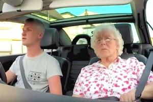 23χρονος έβαλε κρυφή κάμερα στο αυτοκίνητο και πάει βόλτα την 82χρονη γιαγιά του - Προσέξτε την αντίδρασή της όταν ακούει στο ραδιόφωνο... (Video)