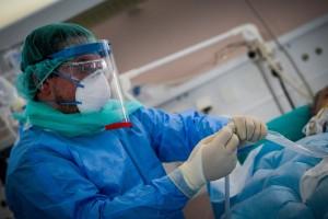 Κορωνοϊός - Έκθεση Σαρηγιάννη: 4.000 κρούσματα ημερησίως - Τα τρία νέα μέτρα στα χέρια του Μητσοτάκη