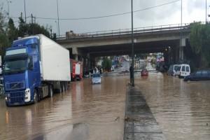 Ηράκλειο: Σε ποτάμι μετατράπηκαν οι δρόμοι - Απίστευτες εικόνες από την κακοκαιρία