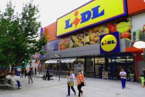 """Lidl: """"Αν ψωνίσετε 25 ευρώ τότε θα..."""": Ουρές χιλιομέτρων από πελάτες"""