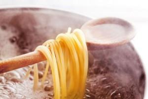 Άφησε μια ξύλινη κουτάλα μέσα στην κατσαρόλα με τα μακαρόνια - Μόλις δείτε το λόγο θα τρέξετε να το κάνετε