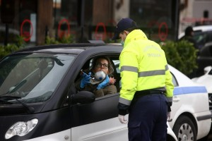 Μάσκα στο αυτοκίνητο: Βροχή τα πρόστιμα από την τροχαία