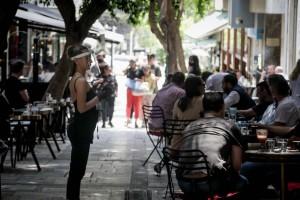 Πως θα φοράμε την μάσκα σε καφέ, μπαρ και εστιατόρια