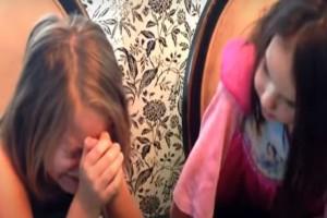 Αυτή η μητέρα εμφανίστηκε μπροστά στις κόρες της με μια τούρτα και τους αποκάλυψε πως...