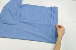 Το απίστευτο κόλπο για να διπλώσετε ένα μπλουζάκι με μία μόνο κίνηση