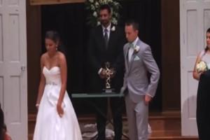 Ο γαμπρός βλέπει τη νύφη να φεύγει και μένει άναυδος - Αυτό που ακολούθησε στο γάμο θα σας σοκάρει (Video)
