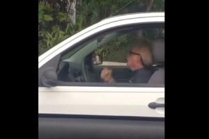 """85χρονος παππούς αρχίζει και χτυπιέται μέσα στο αμάξι - Μόλις μάθετε τον λόγο θα μείνετε """"κάγκελο"""""""