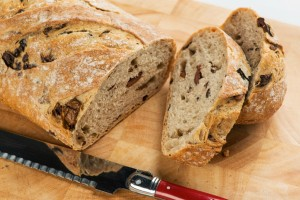 Ξεχάστε το ψωμί από το φούρνο: Φτιάξτε μόνοι σας πεντανόστιμο ψωμί με ελιές και ελαιόλαδο