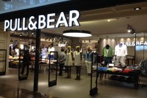 Pull and Bear: Το στυλάτο blazer που κοστίζει μόνο 17,99€ και κάνει πάταγο