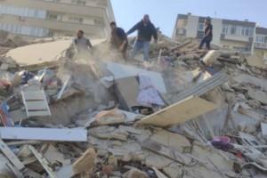 Διαλύθηκε η Σμύρνη της Τουρκίας από τον σεισμό στη Σάμο: Η στιγμή που καταρρέει κτήριο!