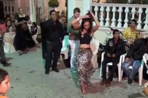 Πήρε «φωτιά» το κλαρίνο: Τους… σάλεψε όλους αυτή η γυναικάρα χορεύοντας ασταμάτητα αισθησιακό τσιφτετέλι