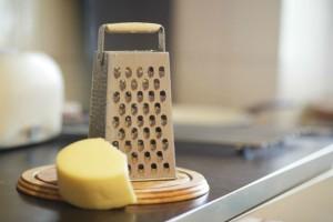 Πριν τρίψει το τυρί άλειψε τον τρίφτη με ένα υλικό που έχουμε όλοι σπίτι μας - Ο λόγος; Μοναδικός!