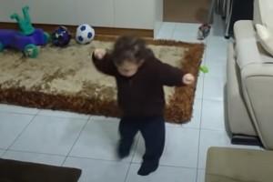 Ζεϊμπέκικο από κούνια - H ζεμπεκιά του Γιάννη με τις 885.525 προβολές (Video)
