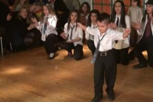 """5χρονος χόρεψε ζεϊμπέκικο και καταχειροκροτήθηκε - Τα views πήραν """"φωτιά"""""""