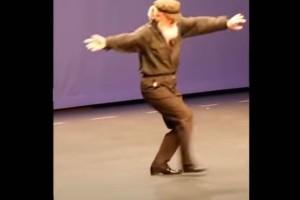 Λεβέντης 75χρονος παππούς χορεύει το πιο συγκινητικό ζεϊμπέκικο