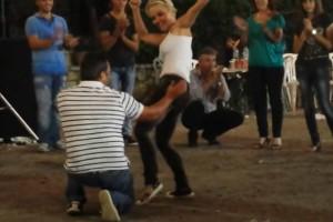Ξανθιά γυναίκα χορεύει τσιφτετέλι και δίνει ρεσιτάλ - Το βίντεο έχει 1.506.666 προβολές