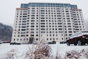 Αλάσκα: Μια ολόκληρη πόλη ζει σε ένα μόνο κτήριο – Στεγάζει σπίτια, σχολείο, εκκλησία & νοσοκομείο!