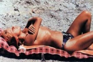 Tα άγνωστα ΑΚΑΤΑΛΛΗΛΑ γυμνά της Αλίκης Βουγιουκλάκη - Το topless στην παραλία που ΣΟΚΑΡΕΙ (ΦΩΤΟ)