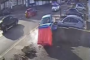Ηλικιωμένος έβγαζε το αυτοκίνητο του από το πάρκινγκ αλλά αυτό που έκανε κανείς δεν το πίστευε (βίντεο)