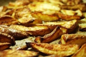 Σας κολλάνε οι πατάτες στο ταψί; Το απλό κόλπο για να τις ξεκολλήσετε