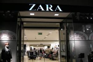 ZARA: Εσύ θα το φορούσες; Το φόρεμα που σίγουρα θα απογειώσει το στυλ σου σε τιμή σοκ