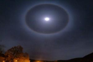 Σεληνιακή άλως: Το φεγγάρι «καλύπτεται» από ένα φωτεινό στεφάνι - Ένα μοναδικό φαινόμενο (photo-video)