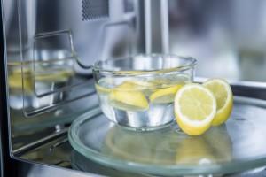 Χρησιμοποιήστε το λεμόνι για να καθαρίσετε εύκολα και γρήγορα τον φούρνο μικροκυμάτων σας