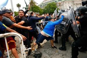 Πανικός στο Μπουένος Άιρες για τον Μαραντόνα: Σύγκρουση οπαδών με την Αστυνομία για να πλησιάσουν τη σορό του