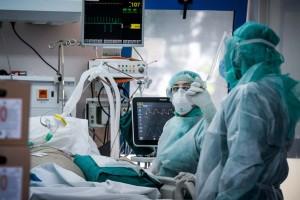 Κορωνοϊός: Προβληματίζουν οι διασωληνωμένοι - 1 στους 5 νοσηλευόμενους είναι σε ΜΕΘ