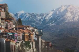 Μόλυβος: Ένα από τα πιο όμορφα χωριά της Ελλάδας με παραδοσιακά πετρόχτιστα σπίτια, γενοβέζικο κάστρο και δαιδαλώδη καλντερίμια