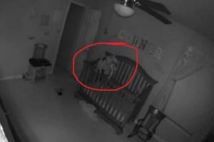 Νόμιζαν ότι το μωρό τους είναι δαιμονισμένο - Όταν είδαν τι κατέγραψε η κάμερα... (Video)