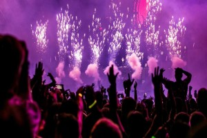 Χωρίς τέλος τα κορωνο-πάρτι - Άνδρας γιόρτασε κανονικά τα γενέθλια του στο Πήλιο