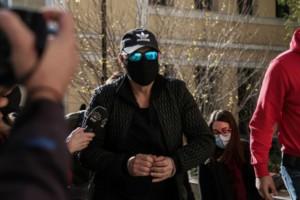Νότης Σφακιανάκης: Στην Ευελπίδων με χειροπέδες ο τραγουδιστής (Video)