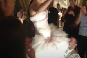 """Το τσιφτετέλι της νύφης που... ισοπέδωσε το γαμπρό - """"Χαμός"""" στο γάμο"""